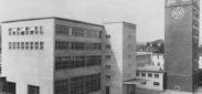 """Schlieren, Foto: anonym, 16x23 cm, PE, Archiv: Schindler Management AG, Ebikon, Archiv Schweizerische Wagons- und AufzŸgefabrik Schlieren, grŸner Ordner """"Neubau, Februar 1952 Bezug"""", Beschriftung: 26.6.52"""